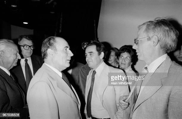 François Mitterrand dans les coulisses de l'émission télévisée de Bernard Pivot 'Apostrophes' avec à droite l'historien Emmanuel LeroyLadurie le 15...