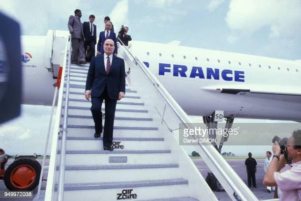 François Mitterrand descend du Concorde lors de sa visite officielle au Zaire le 9 décembre 1984