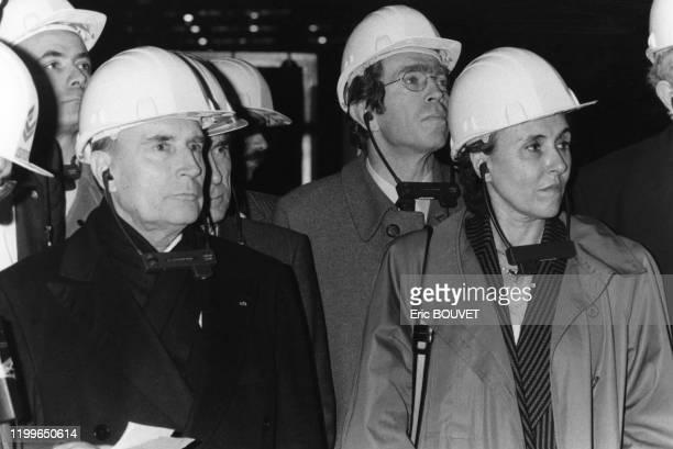 François Mitterrand Edith Cresson et Pierre Joxe lors de la visite d'une usine à Méru dans l'Oise le 7 février 1984 France