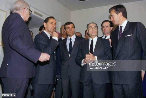 François Mitterrand entouré de Marc Bohan Bernard Arnault et François Léotard lors de l'inauguration de l'exposition 'Christian Dior' à Paris le 19...