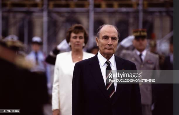 François Mitterrand et Edith Cresson Premier ministre lors du défilé du 14 juillet à Paris France