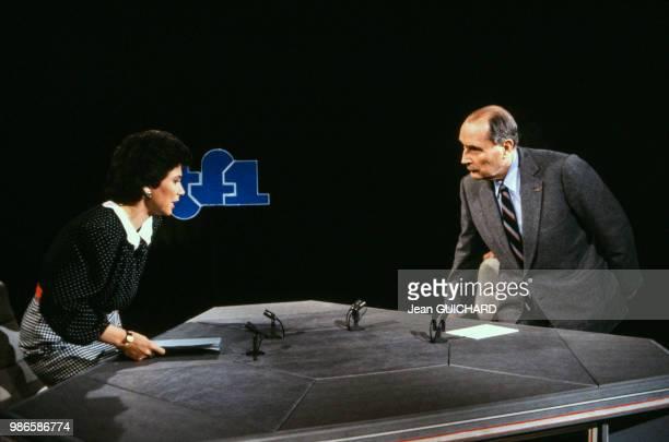 François Mitterrand interviewé par Anne Sinclair sur le plateau de l'émission 7/7 sur TF1 à Paris le 29 mars 1987 France