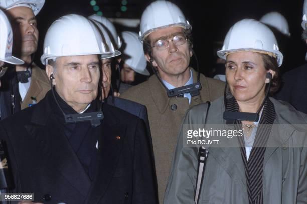 François Mitterrand Pierre Joxe et Édith Cresson le 7 février 1985 lors de la visite d'une usine en Picardie France