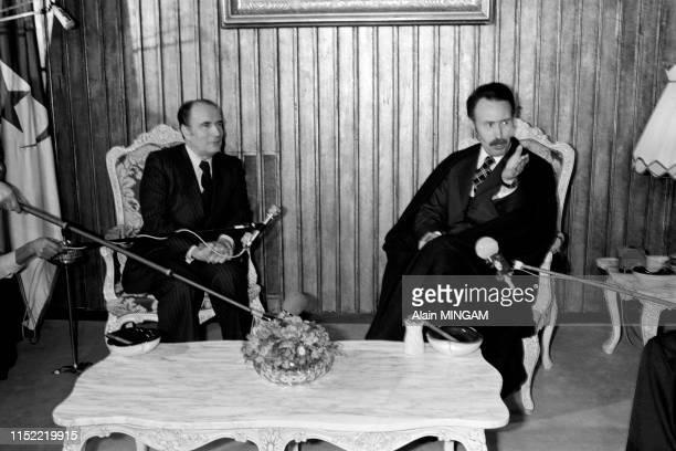 François Mitterrand s'entretient avec le président Houari Boumédiène lors de son déplacement en Algérie le 26 février 1976