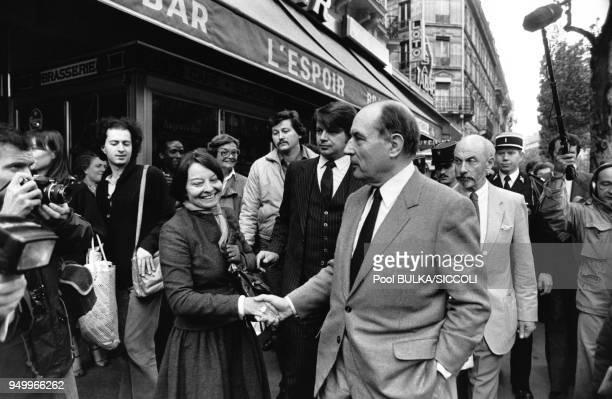 François Mitterrand serrant la main de María Barroso l'épouse du politicien portugais Mario Soares venu le féliciter de son élection à la présidence...