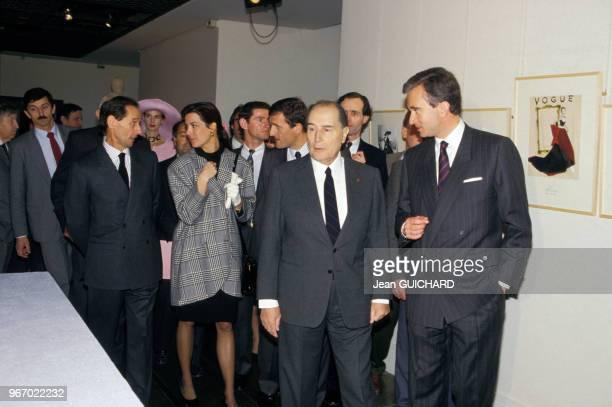 François Mitterrand visite l'exposition Dior accompagné de Bernard Arnault avec à l'arrièreplan le styliste Marc Bohan la princesse Caroline de...