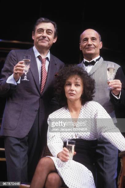 François Perier Caroline Cellier et Bernard Haller dans la pièce 'L'age de Monsieur est avancé' à Paris le 18 septembre 1985 France