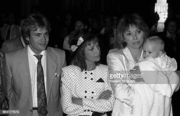 François Valéry et Nicole Calfan en compagnie de Mireille Darc au baptême de leur fils à Neuilly en mai 1987, France.