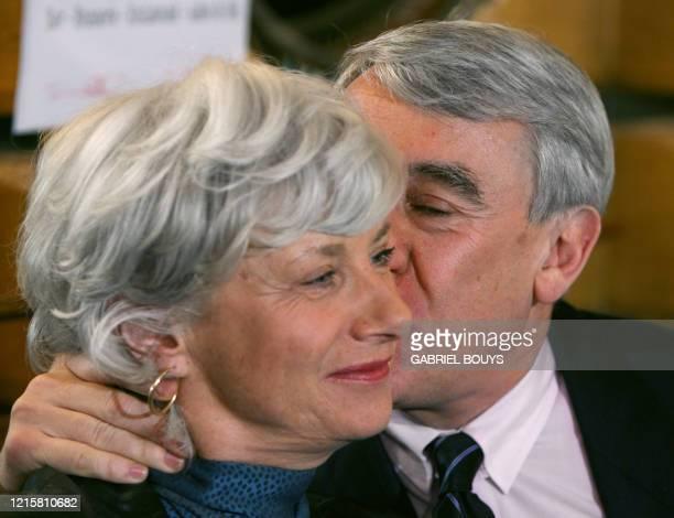 Françoise de Panafieu , candidate de l'UMP aux municipales à Paris, est embrassée par son ex-rival Claude Goasguen, le 28 février 2006 lors d'une...