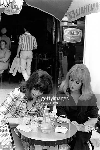 Françoise Dorléac et Catherine Deneuve a la terrasse d'un cafe hors tournage du film 'Les Demoiselles de Rochefort' en juin 1966 en France