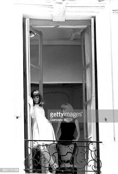 Françoise Dorléac et Catherine Deneuve lors du tournage du film 'Les Demoiselles de Rochefort' en juin 1966 en France