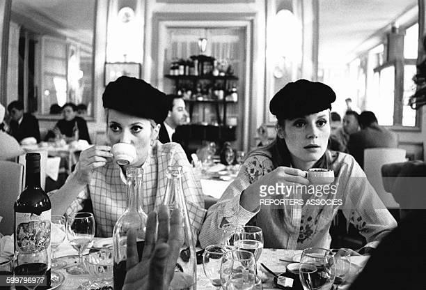 Françoise Dorléac et Catherine Deneuve sur le tournage 'Des demoiselles de Rochefort' en 1967 en France