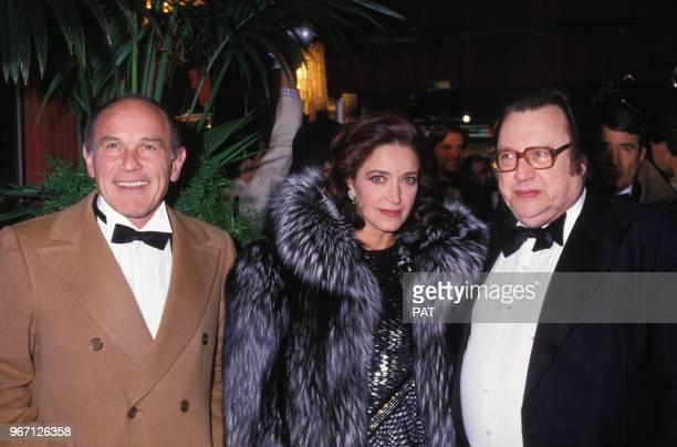 Françoise Fabian et Marcel Bozzuffi avec Raymond Devos arrivent à une soirée le 26 novembre 1985 à Paris France
