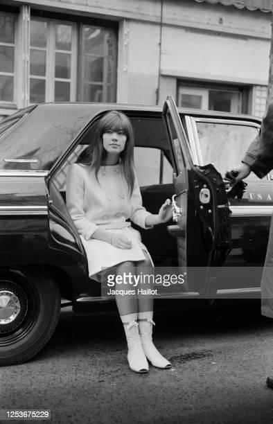 Françoise Hardy en tournage avec le cineaste Jean-Luc Godard.
