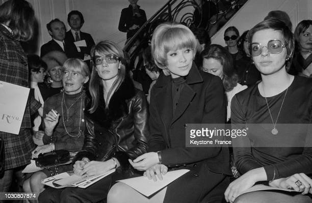 Françoise Hardy Mireille Darc et Liza Minelli sont au premier rang pour assister à la présentation de la collection Yves SaintLaurent le 27 janvier...