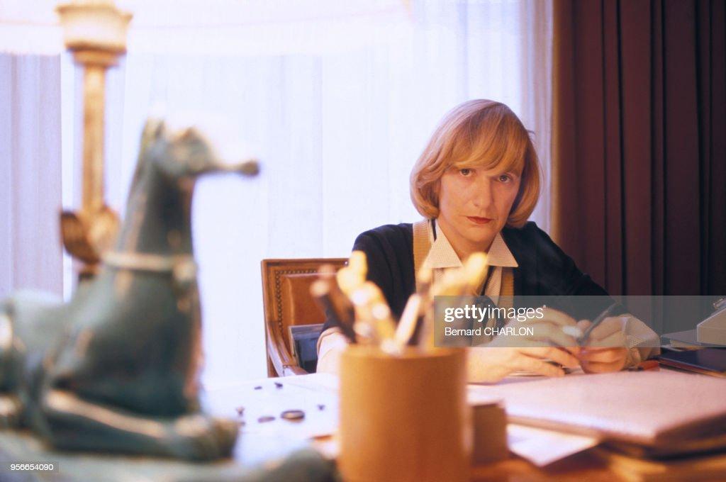 Françoise Sagan chez elle en 1983 : News Photo
