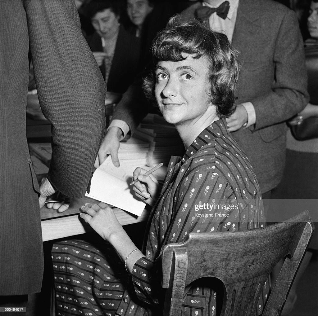 Françoise Sagan lors d'une scéance de dédicaces : News Photo