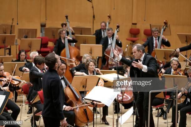 François-Xavier Roth leitet das Gürzenich-Orchester Köln in Begleitung des albanischen Violinisten Tedi Papavrami und des französischen Cellisten...