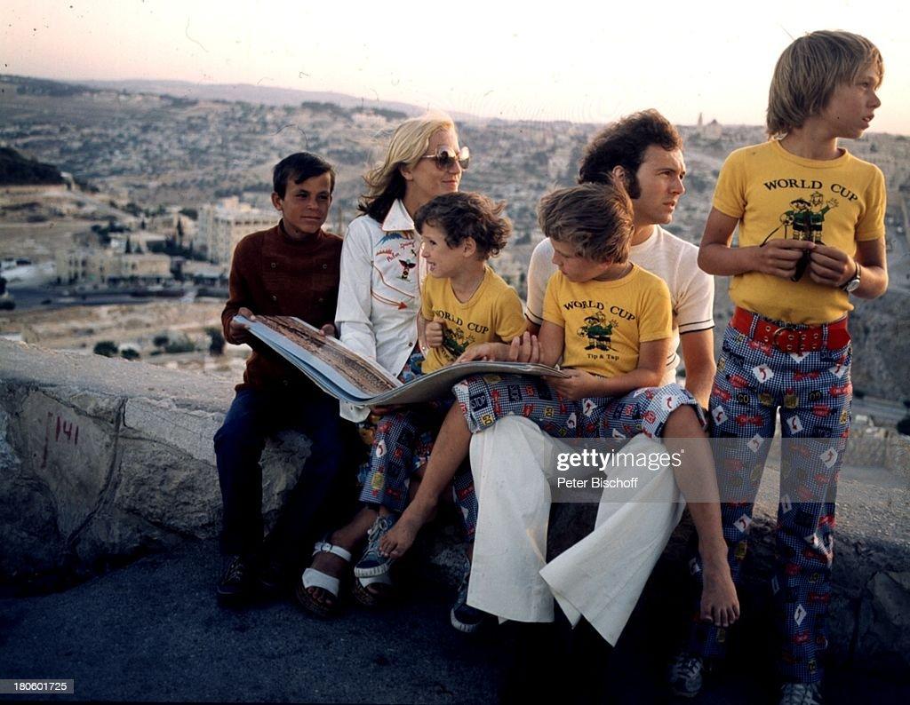 Franz Beckenbauer (mit Sohn Michael Beckenbauer, 6Jahre, auf dem : News Photo