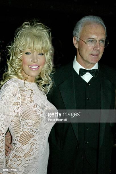 Franz Beckenbauer Barbie Angela Vollrath 21 Deutscher Sportpresseball Frankfurt Alte Oper sexy Abendkleid umarmen Brille