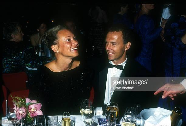 Franz Beckenbauer damalige Lebensgefährtin Sybille Weimar jetzt NochEhefrau Sybille Beckenbauer 'Ball des Sports' NochFrau Sekt Glas Getränk