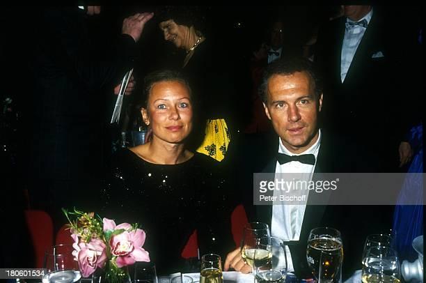 Franz Beckenbauer damalige Lebensgefährtin Sybille Weimar NochEhefrau Sybille Beckenbauer Ball des Sports NochFrau Getränk Glas Sekt