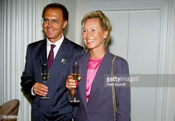 Franz Beckenbauer Ehefrau Sybille Hochzeit von J a c k W h i t e und Janine Eke Fußballer Sportler trinken Getränk