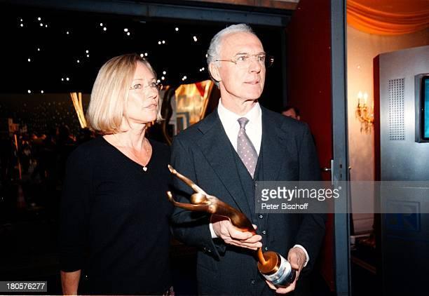 Franz Beckenbauer Ehefrau SybilleARDLivesendung 'Die Ersten'BavariaFilmgelände München DeutschlandSportler Sport Statue 'Victoria'Auszeichnung