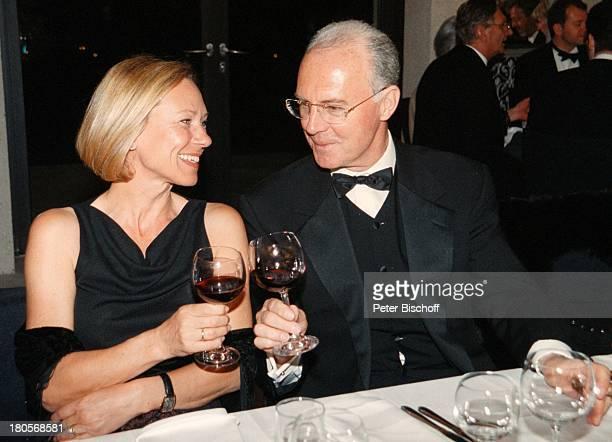 Franz Beckenbauer Ehefrau SybilleMusicalWeltpremiere 'Ludwig II Sehnsucht nach dem Paradies'Füssen/Bayern Partysaal TheaterRotwein Gläser Kostüm...