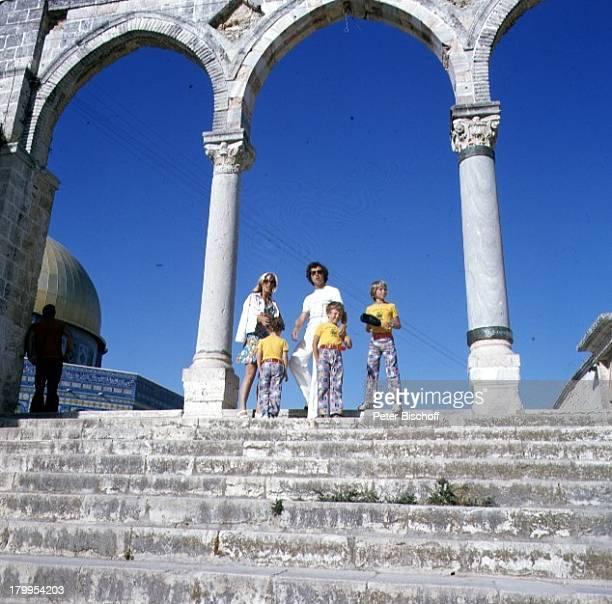 Franz Beckenbauer ExEhefrau BrigitteJerusalem/Israel am Rande derDreharbeiten zum Kinofilm LiberoUrlaub arabische Moschee Treppe Stufen