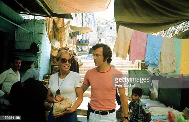 Franz Beckenbauer ExEhefrau BrigitteTel Aviv/Israel am Rande der Dreharbeitenzum Kinofilm Libero Markt BummelUrlaub Sonnenbrille