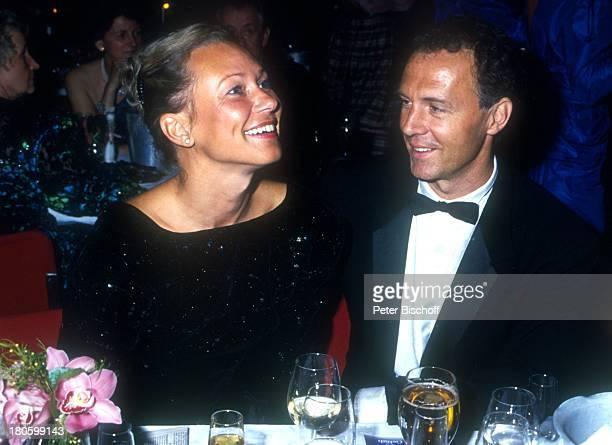 Franz Beckenbauer Lebensgefährtin Sybille Weimer ' Ball des Sports' Sekt Glas Getränk Freundin