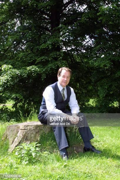 Franz Muentefering SPD MdB im Tiergarten Berlin Park Natur Gruen Pflanzen Baeume