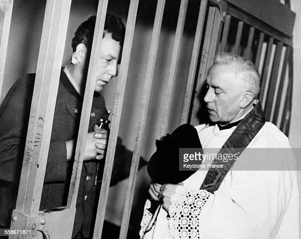 Franz Strasser accusé d'avoir tué douze parachutistes allemands s'entretient avec un curé avant de se rendre à la potence à la prison de Landsberg...