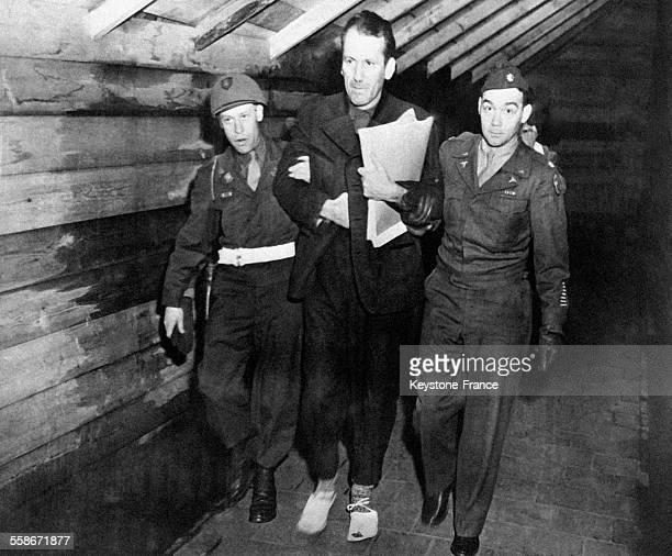 Franz Strasser accusé d'avoir tué douze parachutistes allemands est emmené par deux soldats à la potence à la prison de Landsberg Allemagne le 2...