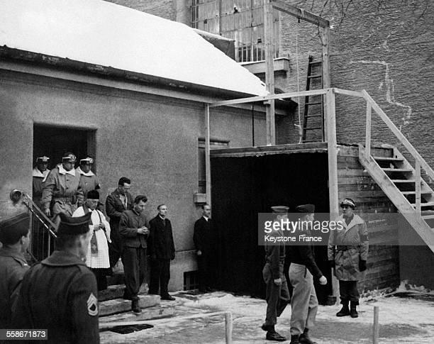 Franz Strasser accusé d'avoir tué douze parachutistes allemands se dirige vers la potence dans la cour de la prison de Landsberg Allemagne le 2...