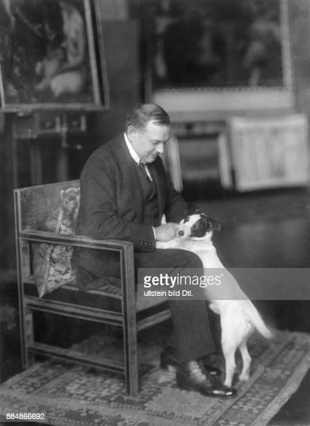 Franz Stuck seit 1906 Ritter von Stuck Zeichner Maler Bildhauer Künstler Deutschland Portrait mit seinem Hund in seiner Villa Friedrich Müller...