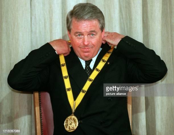 Franz Vranitzky Bundeskanzler von Österreich rückt seine Medaille zurecht Der 57jährige wurde für sein Engagement für Europa mit dem diesjährigen...