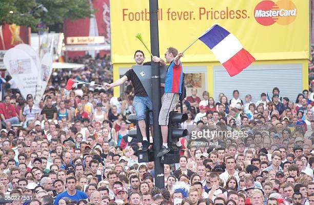Französische Fußballfans verschaffen sich Überblick auf dem Fan Fest FIFAWM 2006 am in Berlin während des Endspiels FrankreichItalien