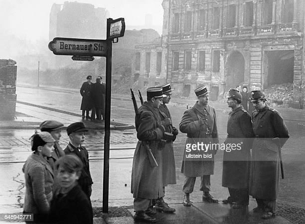 Französische Militärpolizei und BerlinerPolizisten auf Wache an derSektorengrenze an der Bernauer Strasse in Foto Erich Engel