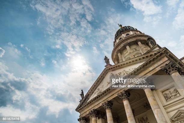 französischer dom / french dome in berlin, germany - gendarmenmarkt stock photos and pictures