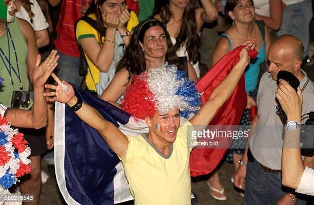 Französischer Fußballfan jubelt auf dem Fan Fest FIFAWM 2006 am Brandenburger Tor in Berlin während des Endspiels FrankreichItalien