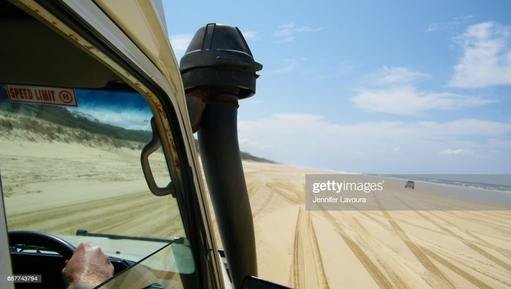 Fraser island drive on 70 mile beach : ストックフォト