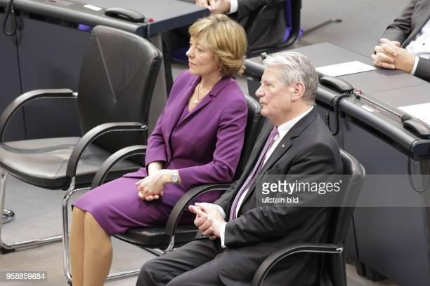 Frau Daniela Schadt Joachim Gauck der elfte Bundespräsident der Bundesrepublik Deutschland Deutschland Berlin Deutscher Bundestag Plenarsaal...