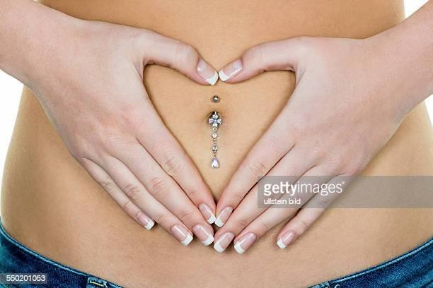 Frau hat Hände am Bauch Bauchschmerzen und Probleme in der Verdauung