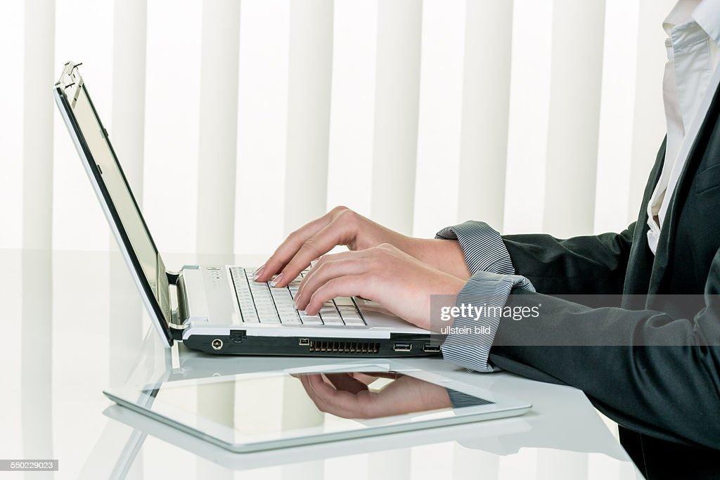 Frau im Büro mit Laptop Computer : News Photo