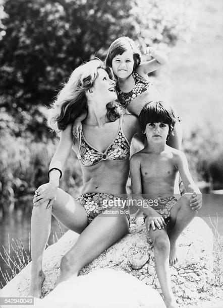 Frau im gemusterten Bikini Mädchen im Bikini und Junge in BadehoseModelle Schiesser1976