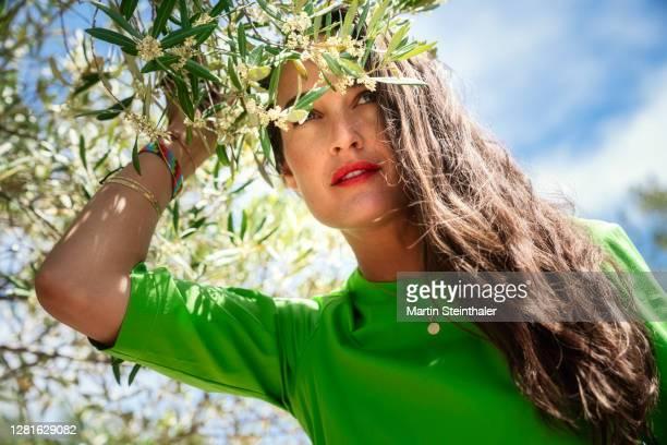 frau in grünem kleid in olivenhain - blick in die ferne - kleid stock pictures, royalty-free photos & images