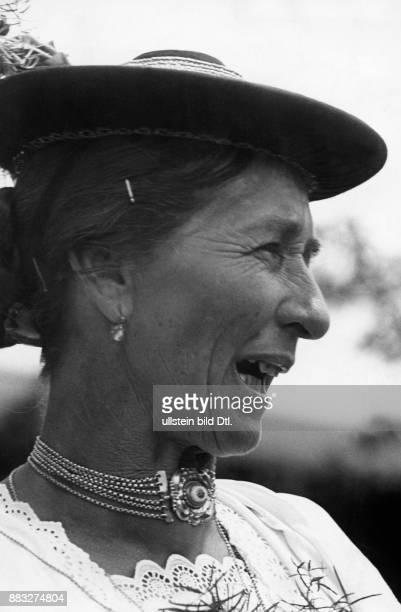 Frau in traditioneller Kleidung singt während der Hochzeit Hanns Hubmann Originalaufnahme im Archiv von ullstein bild