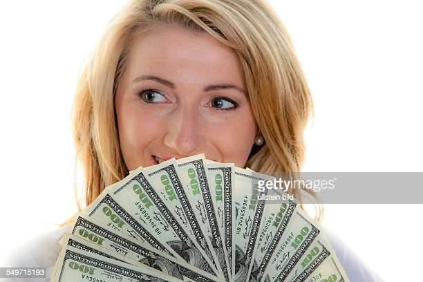 Frau mit Dollar Geldscheinen aufgefächert